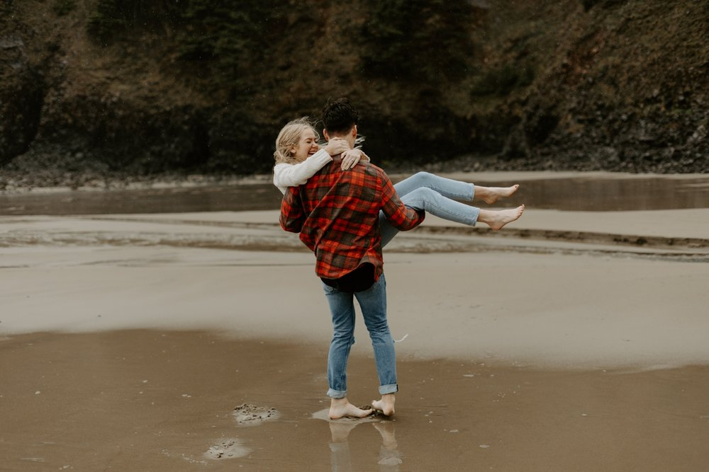 rainy-oregon-coast-adventure-couples-photography-2018-05-02_0093.jpg