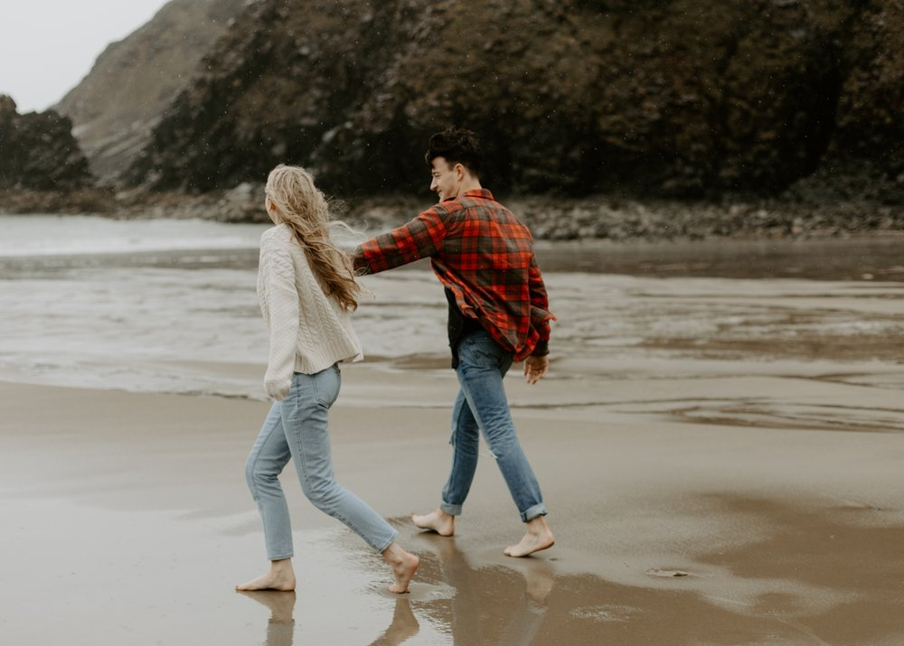 rainy-oregon-coast-adventure-couples-photography-2018-05-02_0097.jpg