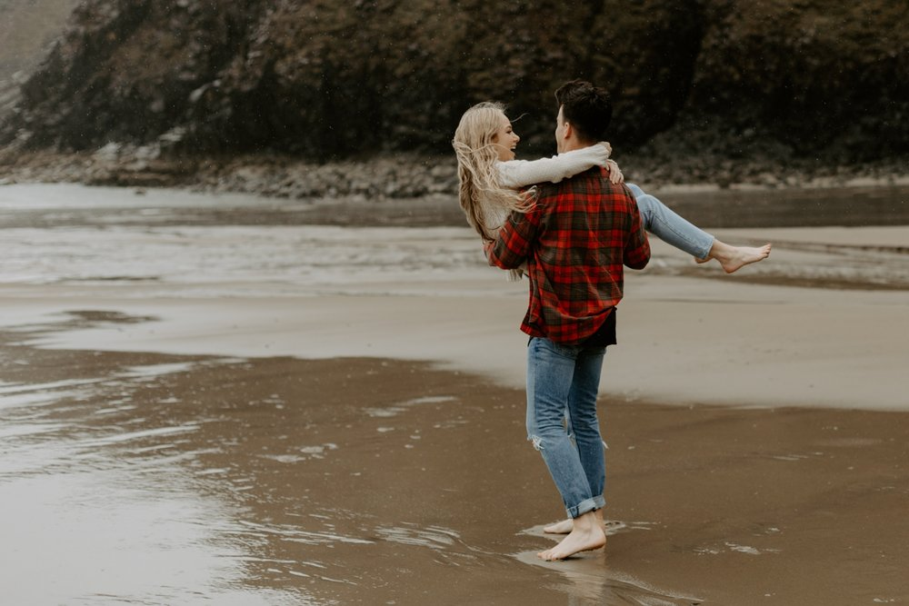 rainy-oregon-coast-adventure-couples-photography-2018-05-02_0099.jpg