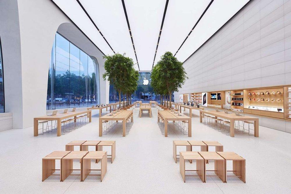 Apple store Brussel. De eenvoudige, sobere en duidelijke huisstijl wordt doorgetrokken in de heldere interieurs. Foto: Apple