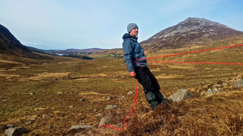 Cúrsaí rópaí sna Glean Nimh, Errigal sa chúlra 5/5 Márta.  (rope work in the Poison Glen, Errigal in the background5/6th March)