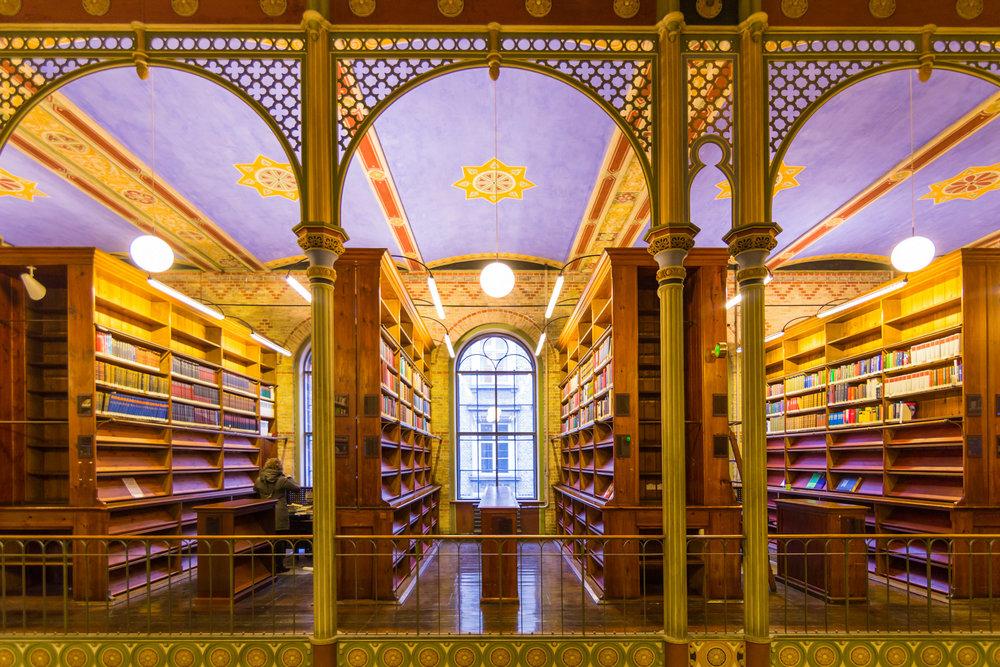 大学の図書館(出典 Flickr)