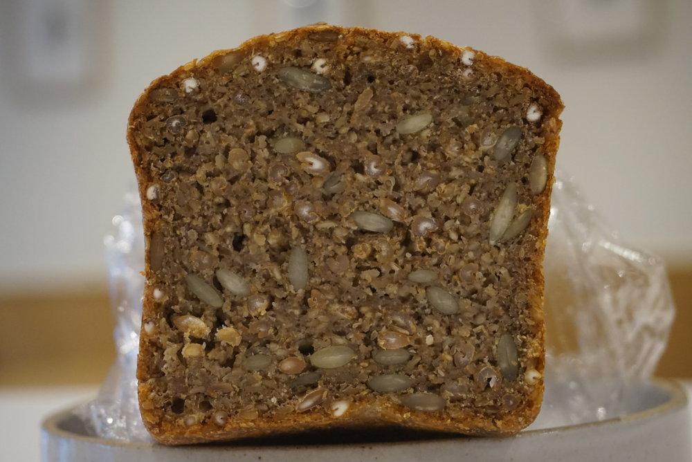 ライ麦粒、ごま、ひまわりの種がゴロゴロ入ったライブレッド。噛み応えがかなりある。