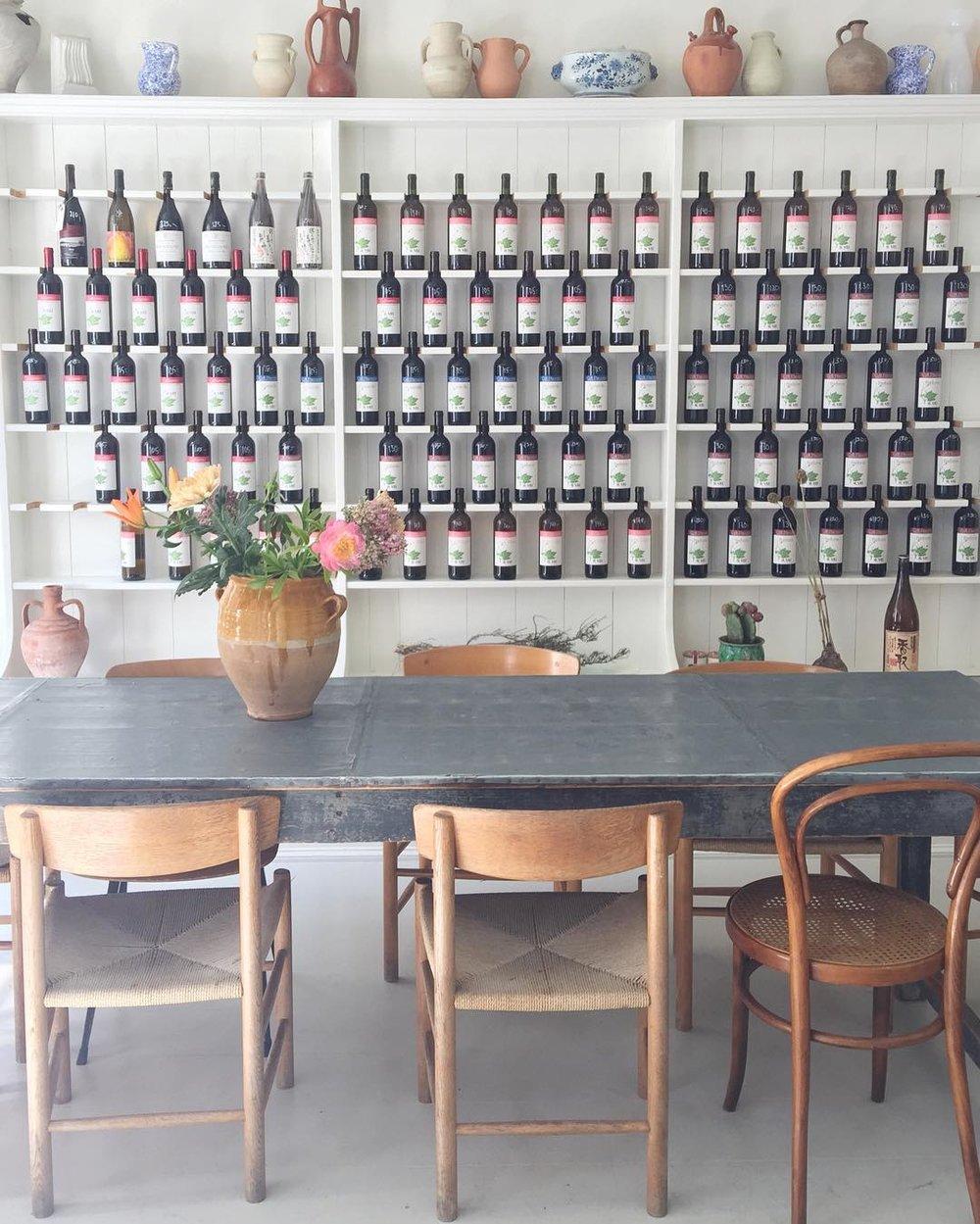 公式インスタグラム @atelierseptember より。 ボトルが並んだ棚もとってもキュート!