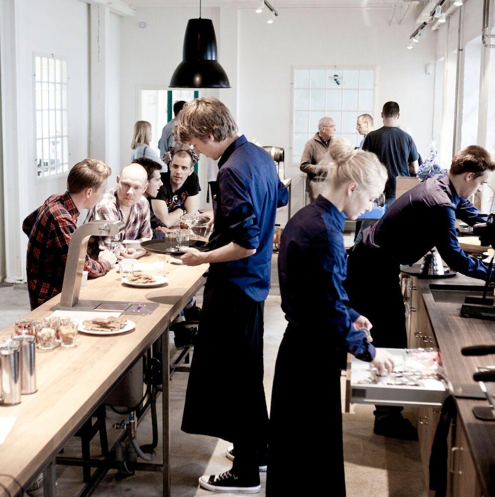 ロースターがあるGodthåbsvejの店内。長いカウンターの手前には、ガラス張りの向こう側に焙煎機を見ることができます。