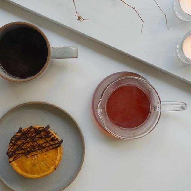 おはようございます!温かいコーヒーと手作りスイーツにキャンドル🕯✨デンマークはヨーロッパでもコーヒー、スイーツ、キャンドルの消費量が多いと言われています☕️💕 それだけリラックスする時間を大切にしてるということですね😊 ⚫︎ Morning! Very danish way to relax ; coffee, sweets and candles ☕️🕯💭
