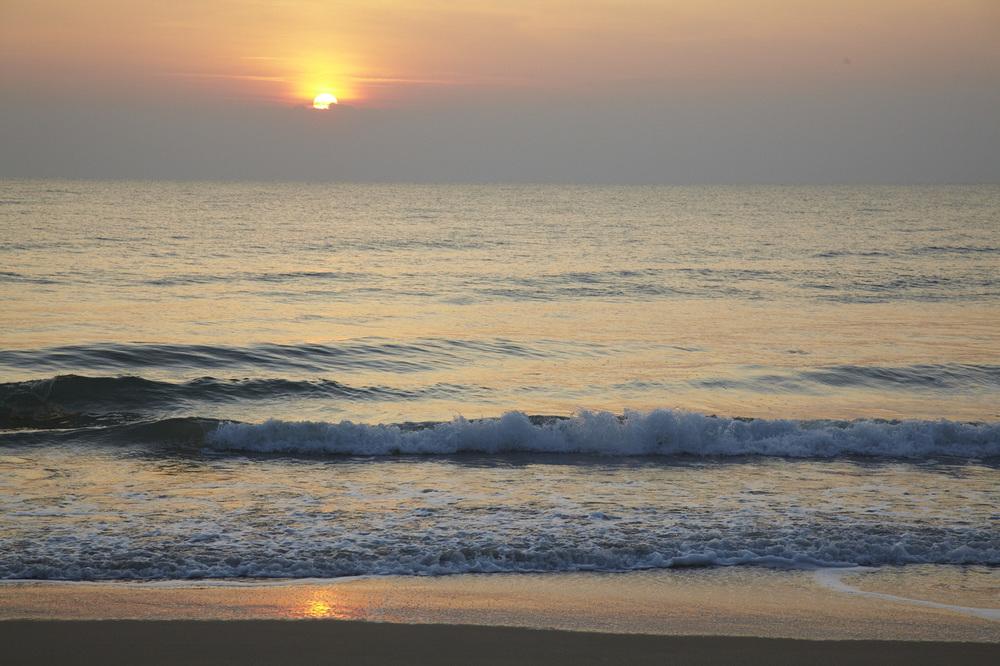 Soluppgång sett från stranden nedanför huset.