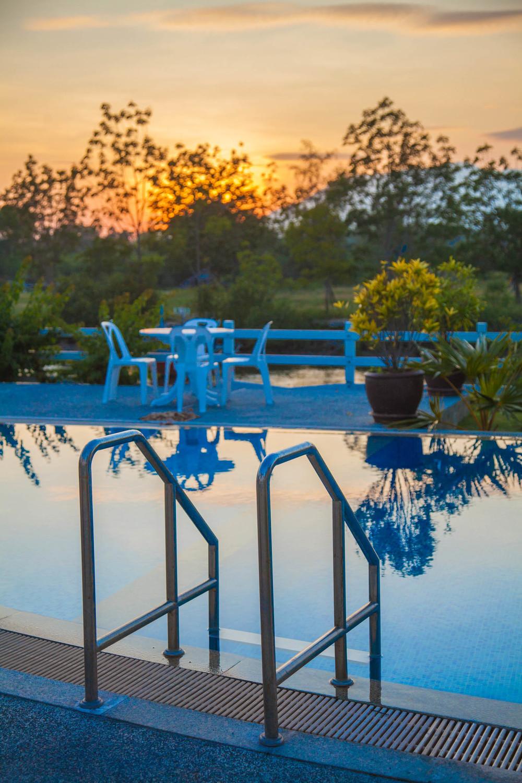 Ett kvällsdopp i poolen med kvällsolen från bergen i Burma som fond.