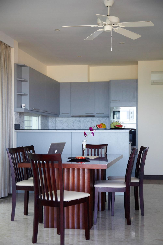 Matplatsem inne i huset med köket i bakgrunden.