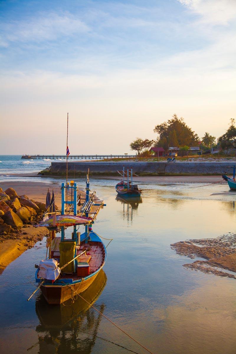Strax utanför strandhuset vilar fiskåbåtarna för nattens arbete.