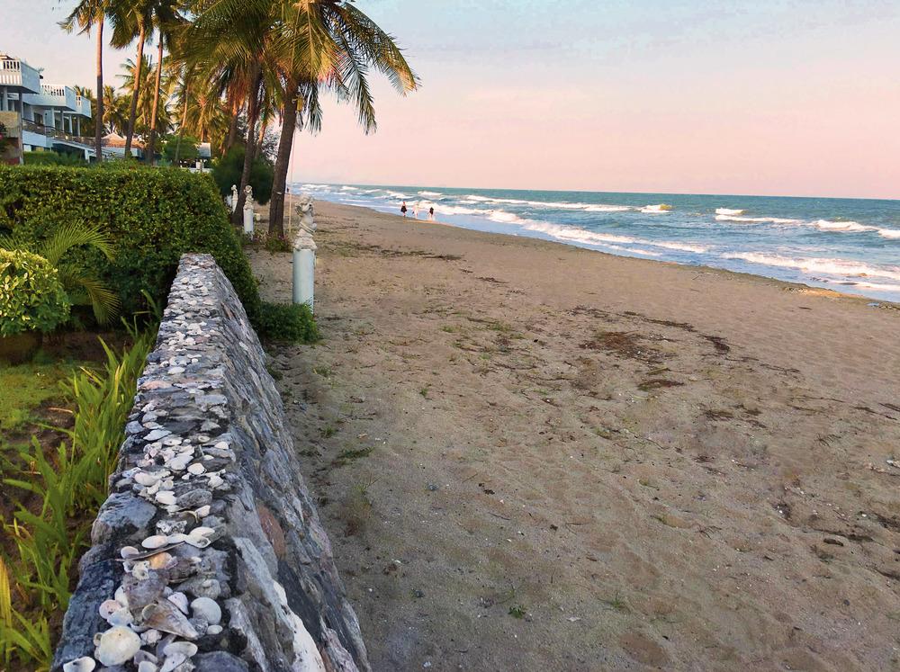 Muren mellan strandhuset och havet.