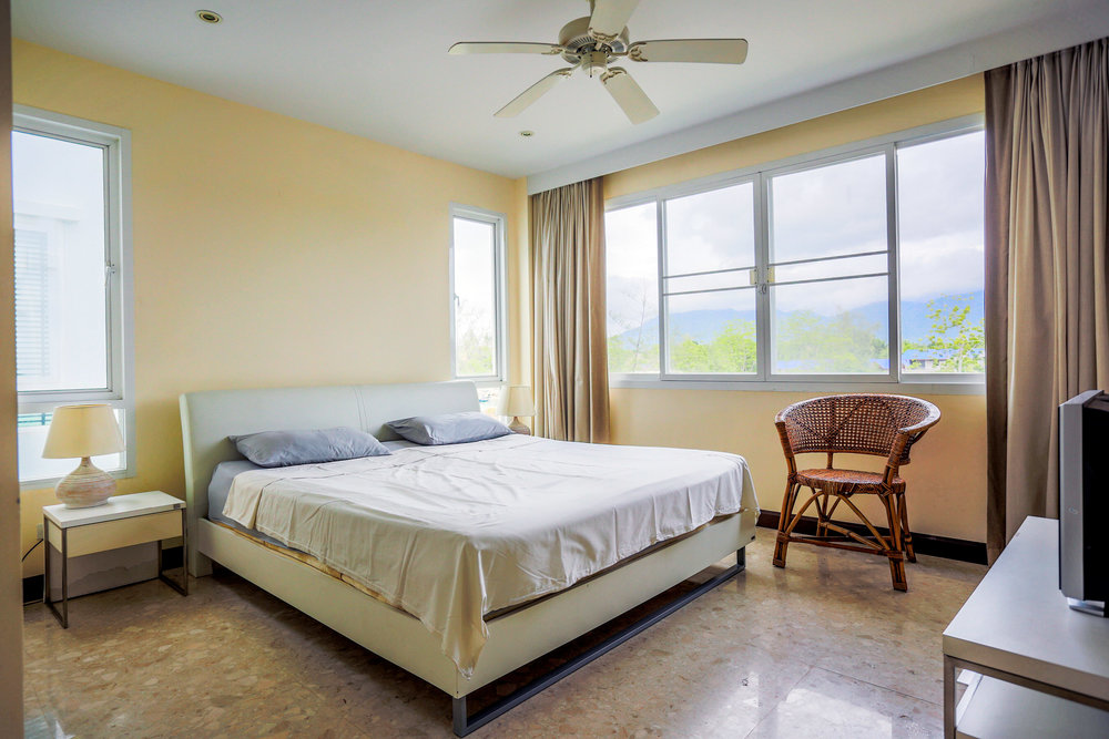 Det vackra sovrummet som vetter mot bergen.