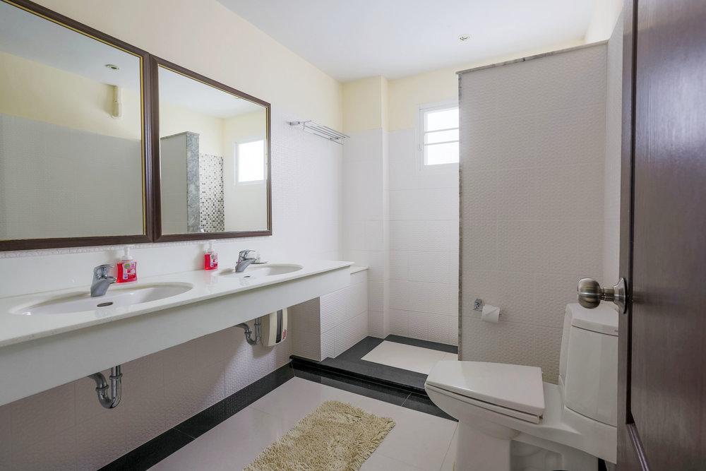 Master bedrooms badrum med dubbelzink. Stort och rymligt och privat.