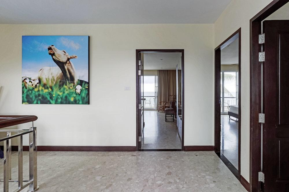 Tre dörrar vetter mot ett sovrum var på övre plan.