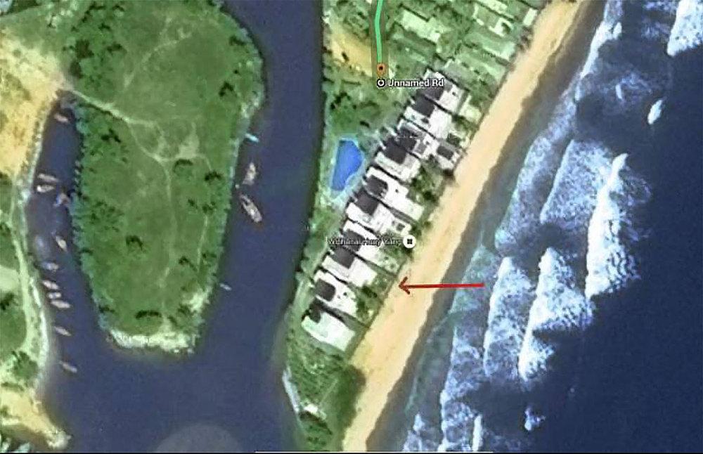 Fågelpespektivet visar hus strandhuset ligger vid havet.