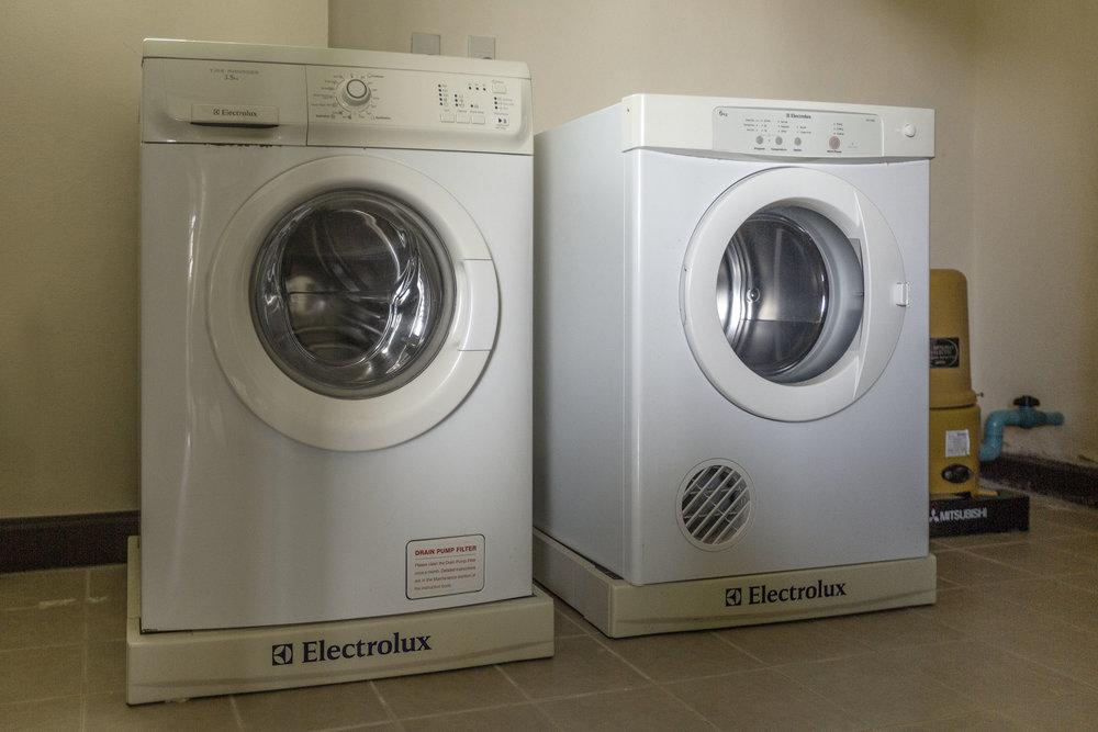 Tvättstuga med tumlare och tvättmaskin finns i huset.