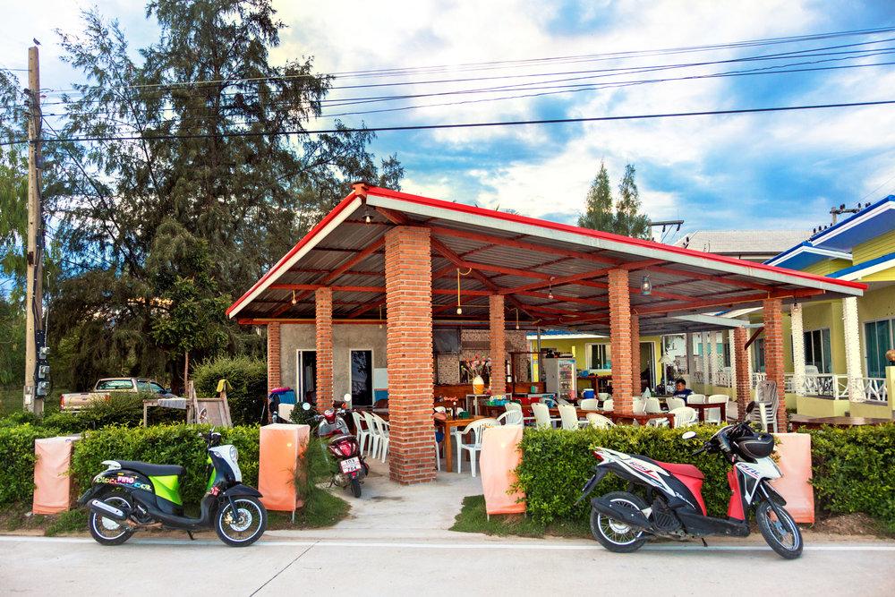 Det finns uppemot ett trttiotal restauranger i byn. Denna lilla familjereataurang lgger cirka 500 meter från huset.