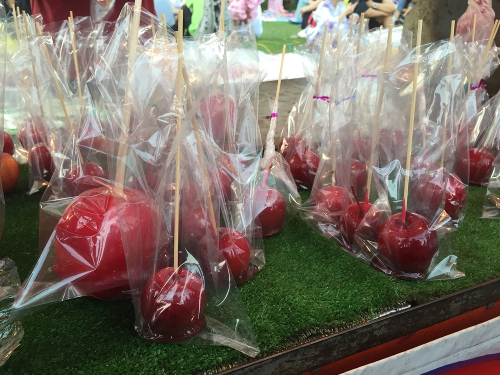 A varietyof differently sized candy apples, ranging from small to big.
