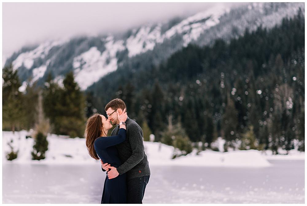 Snoqualmie_Pass_Snowy_Engagement_Photos_016.jpg