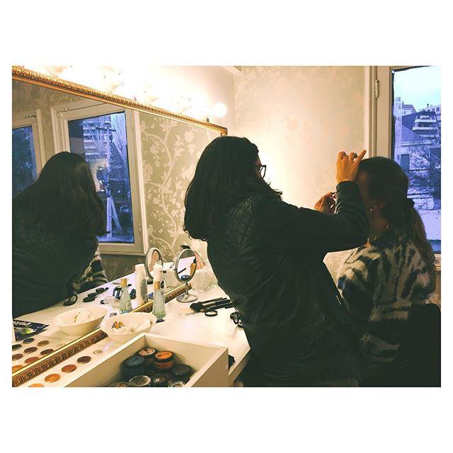 Cursos de Automaquillaje, Maquillaje Profesional y Perfeccionamiento. Aqui la Mila en clases de Maquillaje de Noche con la linda  @cotebergerg 🌌🌃💙 #makeup #clases #caramia #automaquillaje #makeupclass #maquillaje #caramiachile #noche #santiago #chile