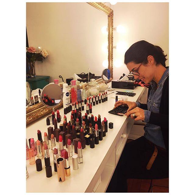 """Hoy """"sacrificamos"""" nuestros labiales poniéndolos en paletas para atender mucho mejor y más rápido a nuestras clientas de fin de semana 💄💋 #makeup  #makeupartist #maquillaje #caramiachile #labiales #paletas #santiago #chile"""