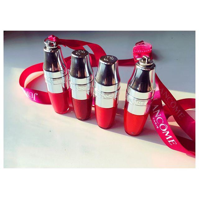 Feliz día del Niño/a 👧🏻👦🏼 Nosotras celebramos con estos increíbles #JuicyShaker de #LancomeChile que nos llegan de regalo ❤️💞 Al ser una fórmula bifásica, combina brillo, textura y suavidad de aceite con la intensidad de pigmentos de un labial, logrando un excelente resultado 👄 #shakeittwistitloveit #caramiachile #lancome #labial #juicy #makeupartist #makeup