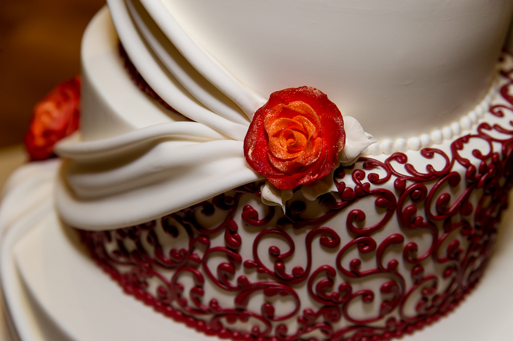 3-cincinnati-wedding-cake-detail-red-cooper-creek-event-center.jpg