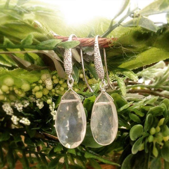 True love Blumes with @rebeccablumejewelry 💍🌸 #belltownbride #seattlebride #bridesmaids #bride #bridalparty #wedding #jewlery #earrings #custom #handmade #shesaidyes