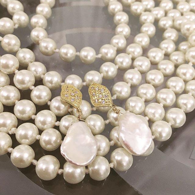 Whether they be something borrowed or something new, pearls are always a timeless accessory. @rebeccablumejewelry #pearls #pearljam #bride #wedding #weddingdress #jewelry #earrings #belltownbride #seattlebride #seattleweddings #gemofthesea