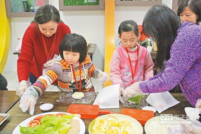 「幸福商店」邀請部落客們,昨日來到宜蘭普賢基金會,與收容孩童一起做米漢堡、米粿。(王亭云攝)