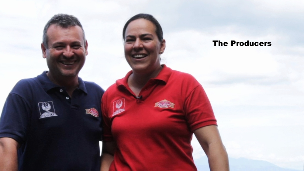 Oscar en Francisca zijn de trotse koffie producenten.  Bekijk  hier  een video van de koffie producenten.