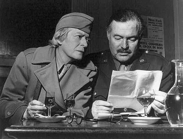 Hemingway e Janet Flanner, corrispondenti di guerra durante la liberazione di Parigi.