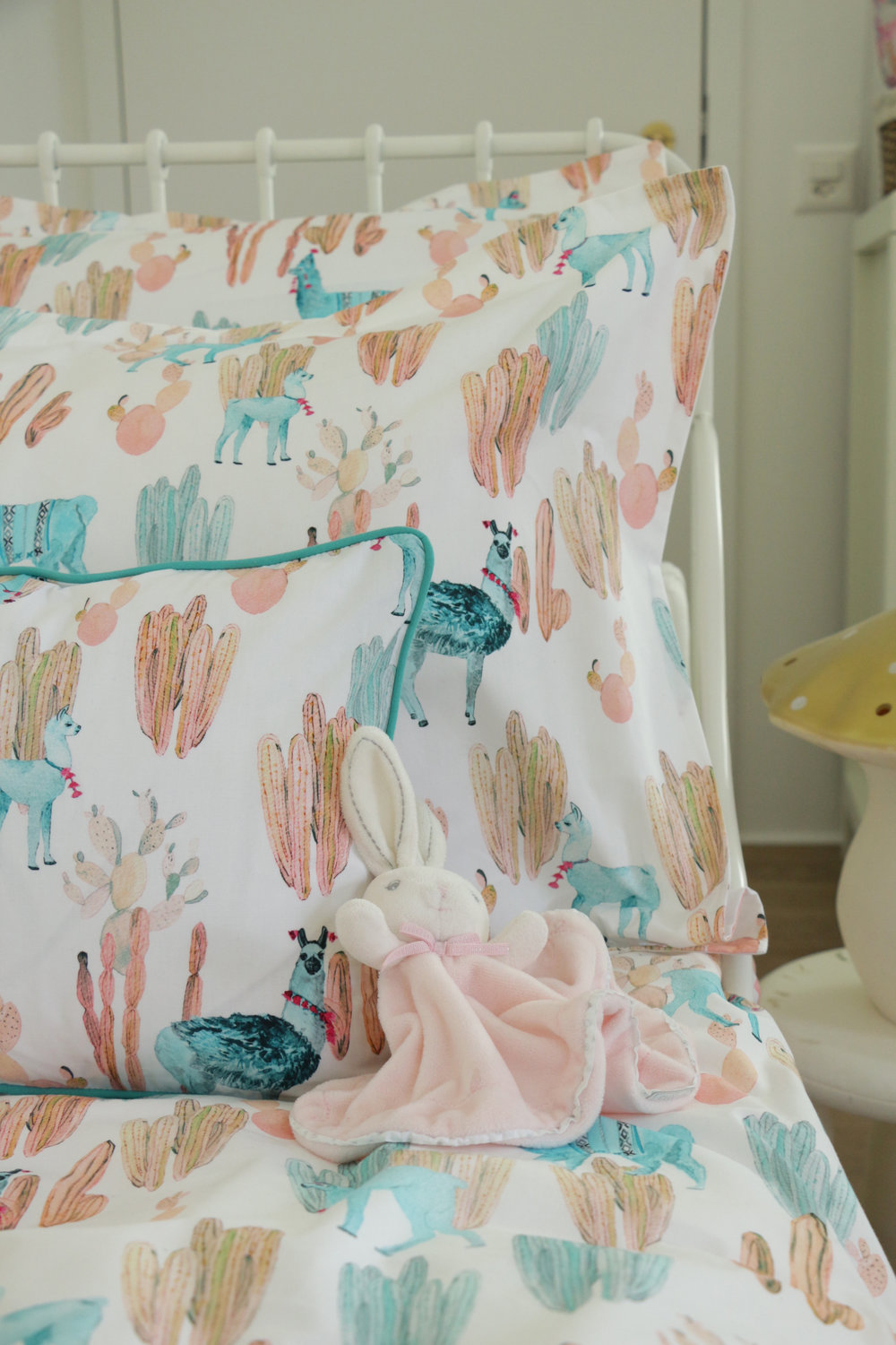ALTIPLANO_Bedlinens_Turquoise_Coral_Lamas_AMBIANCE.jpg
