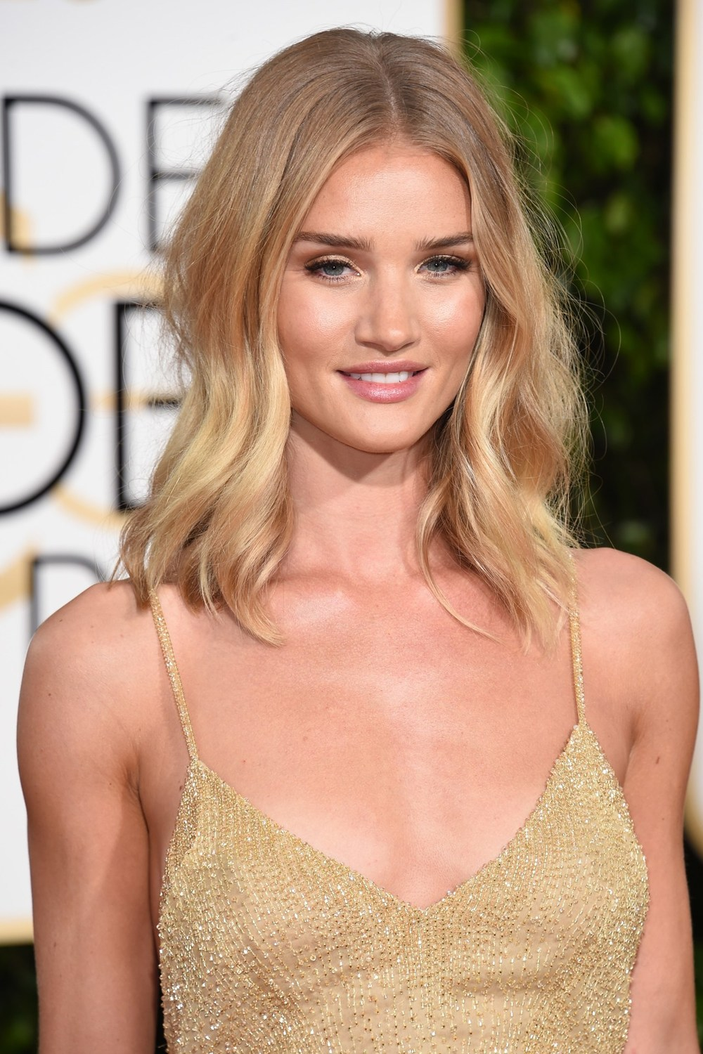 Tousled waves and warm-toned make-up were the key components of the beautiful Rosie Huntington-Whiteley's red-carpet beauty.