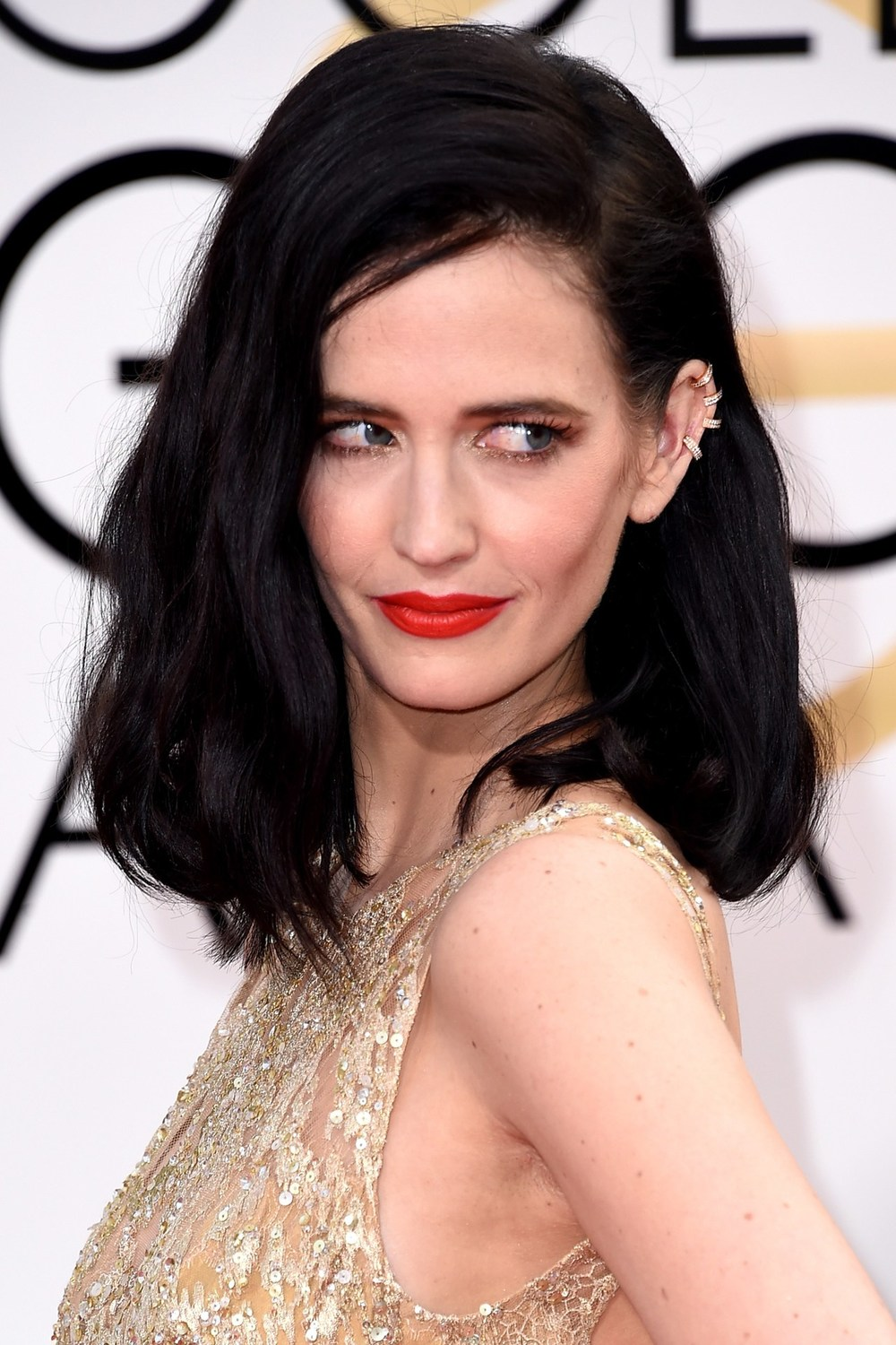 Eva Green looked seriously f*cking cool, by complementing her jet-black hair with bold red lips and shimmering gold eye make-up, accessorising with a jewelled ear cuff.