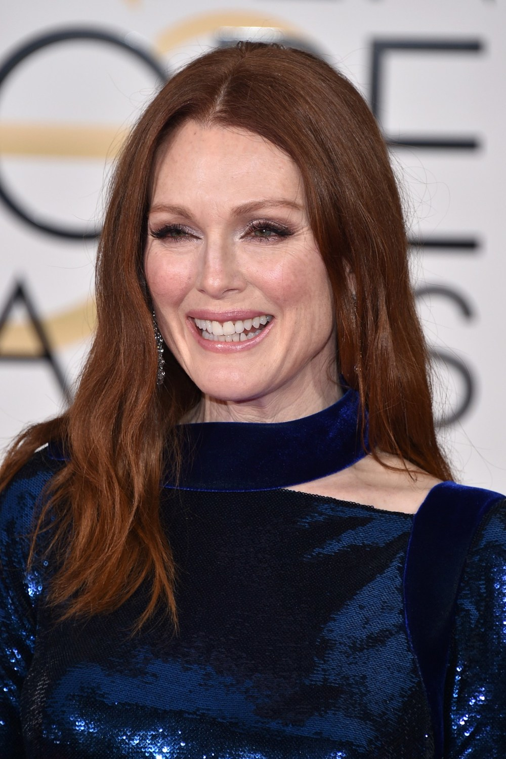 Loose waves, smoky eye make-up and glossy lips made up Julianne Moore's look.