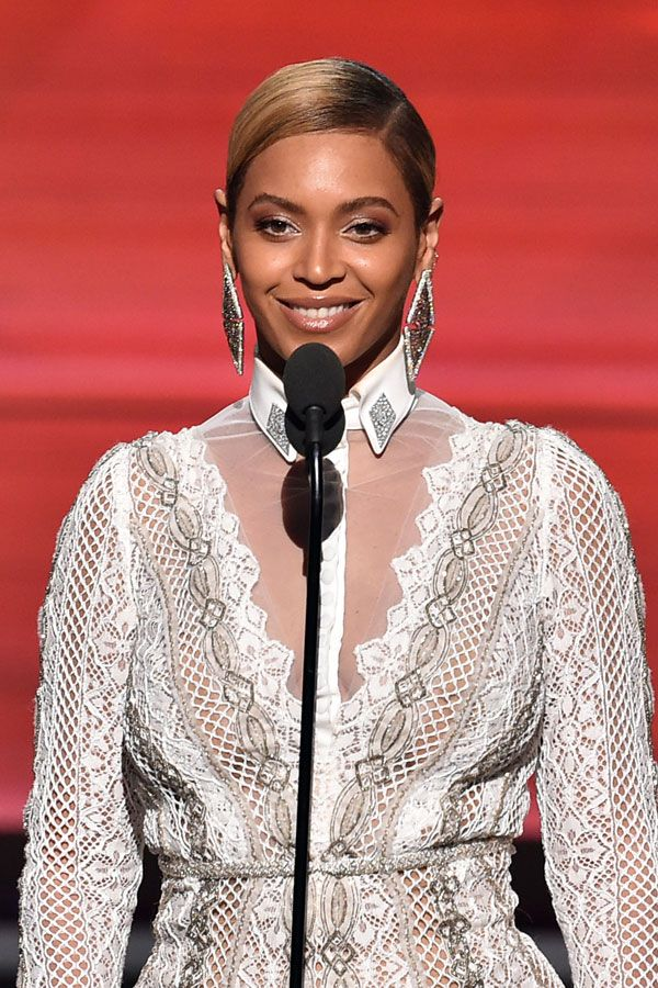 Beyoncé surprised everyone by presenting the biggest award - song of the year, so we didn't get to see her on the red carpet. But when we did, she definitely didn't disappoint. After those major massive waves at the Super Bowl, Queen Bey went for a sleek side-part with neutral-tone makeup and highlighted with major shimmer. Stunner.