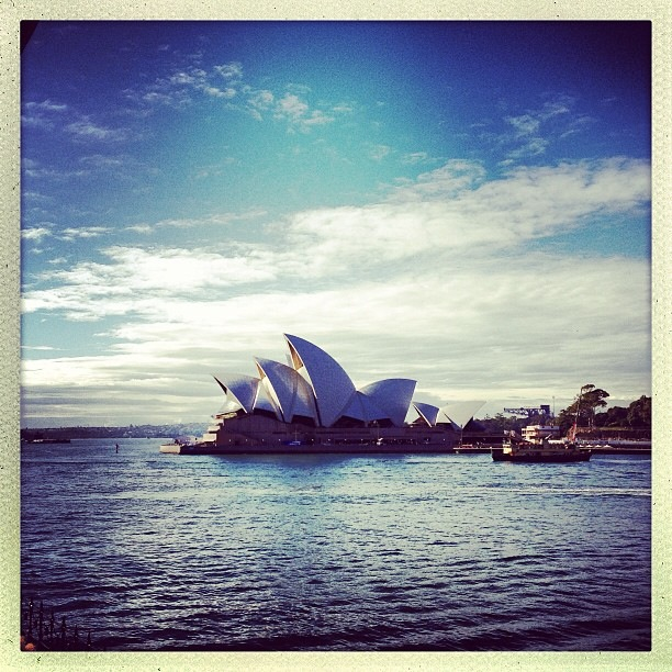 eserei27 :     @ZacharyQuinto: good morning sydney. we've arrived. and we brought INTO DARKNESS with us.  http://t.co/smgMcYGZLU