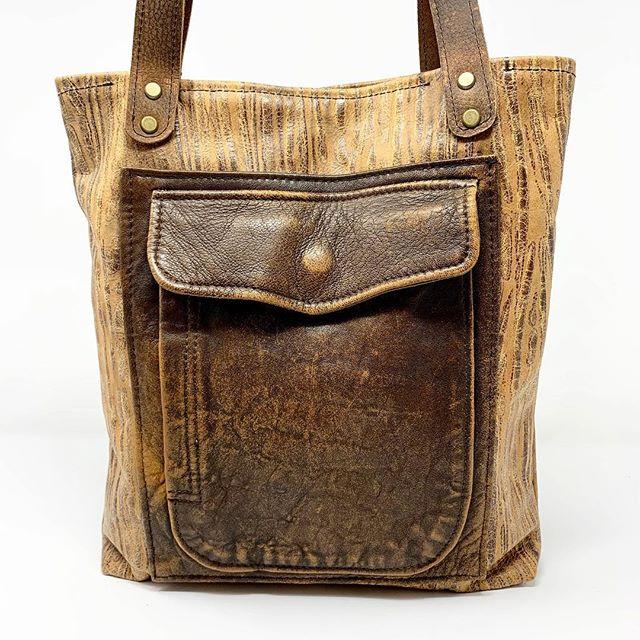 Wood grain leather tote embellished with upcyled coat pocket. #uniqueleather #handmadeleatherbagslover #repurposedleather #indianaartisan#indianaartisanmarketplace #handmadeleathergoods