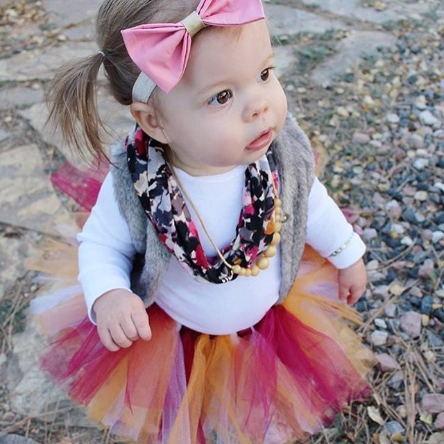 Check out adorable little Emmy! If this isn't boho chic I don't know what is! #rocknroyalbow #babybows #babygufts #holidaygifts #stockingstuffer #etsy #etsyfinds