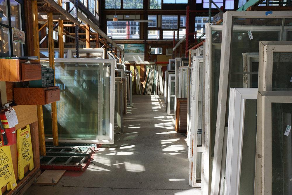 多くの窓枠が並べられています。地域の人たちが「自分の家の修理」のために買いにきます。ポートランドのDIY文化が垣間見れる場所ですね。
