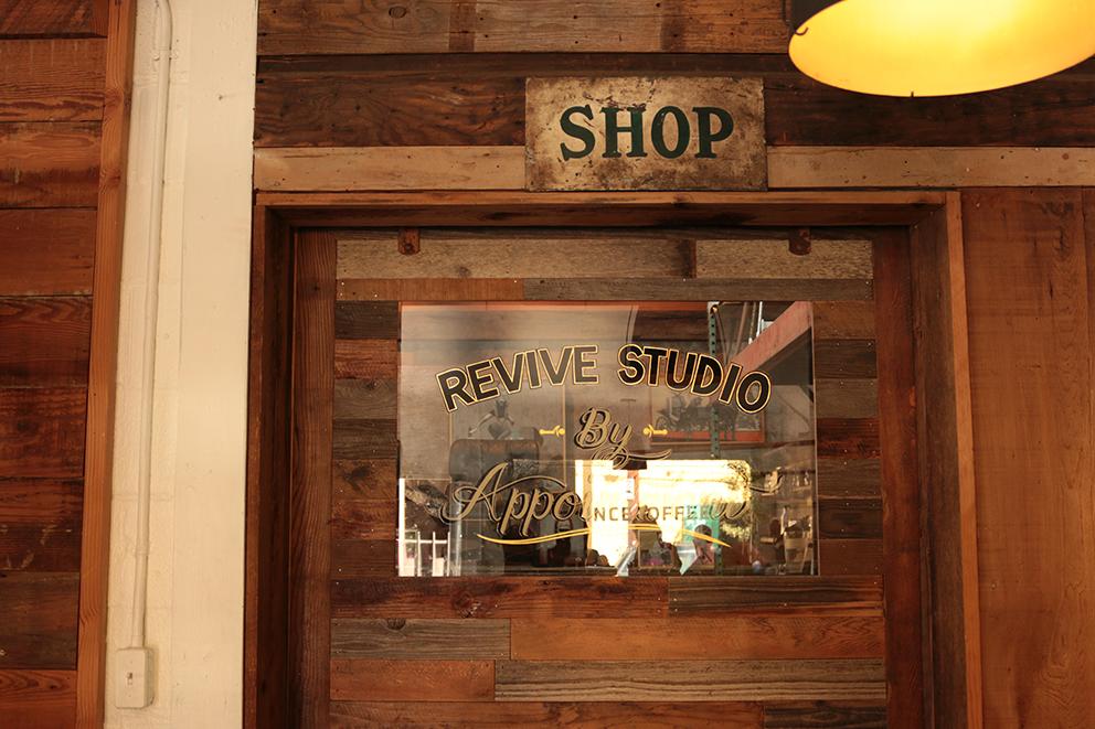 家具の修理、デザイン、小規模でスタジオを運営しているRIVIVE DESIGNにきました。    こういったローカルのクラフツマンやデザイナーもポートランドにはたくさんいます。
