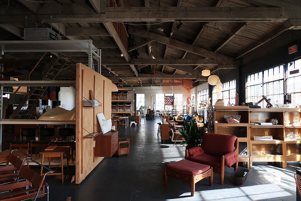 ダウンタウンの中にあって、ひっそりとした場所にありつつも一際異彩を放つ家具店の「ザグッドモッド」。オーナーのSpencerは、当初イームズなどのデザイン家具を修理して売るところから初め、今や多くのオリジナル家具やオフィス内装などを手がけています。