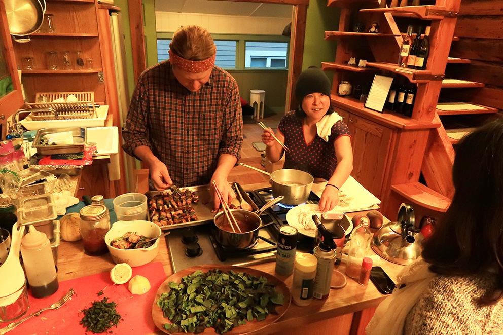 雨の日のポートランドは外に出歩くことは野暮ですねってことで、この夜はちょっとしたホームパーティーを催しました。お料理を作ってくれるのは、Obonのお二人。ふみこさんはポートランドに住む日本人の方で、ポートランドの食材を使った日本の料理を得意としています。どれも新鮮でとても美味しく、日本食に恋しくなってきた頃ということもあり、とりわけ皆喜んでいただきました。