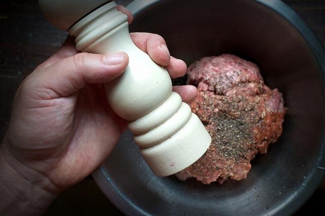 No dejes que te aburra la sal y la pimienta. Usa especias, ajo y diferentes aromas.