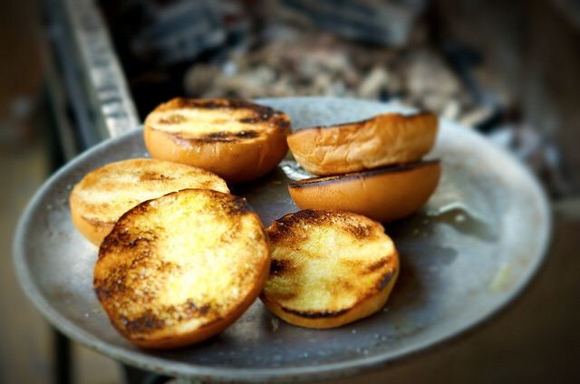 Dale al pan la misma importancia, agrégale aromas y dóralos también.