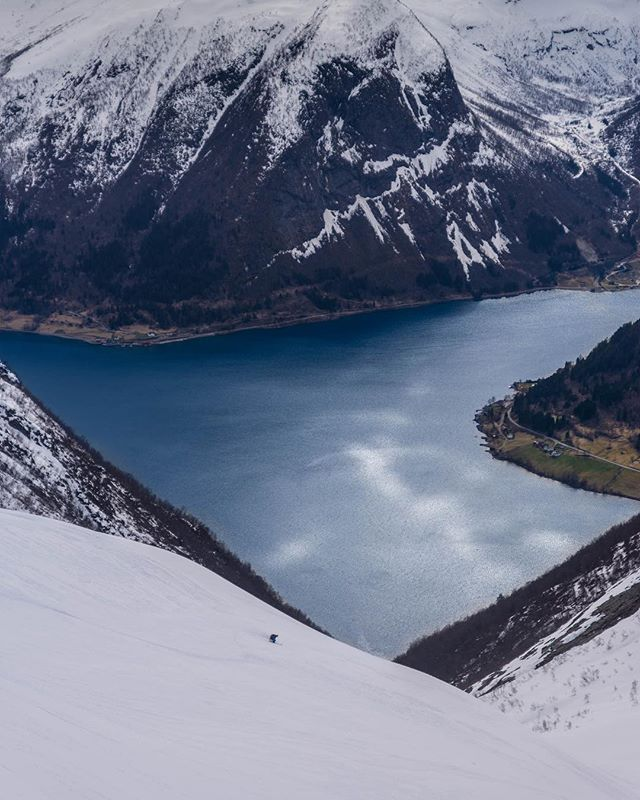 Few things beat ski touring with a fjord view! This is from the fantastic Sogenfjord Ruta with @breogfjell #sgnskis #sognefjordruta 📷@bardbasberg