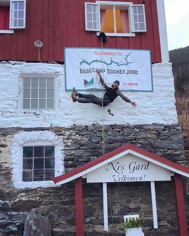I dag starter den 4. utgaven av Basecamp Sognefjord på Nes Gard. Her får man selvfølgelig lånt SGN Skis på tur! Det har dukket opp et par ledige plasser så ta kontakt med @basecampsognefjord om du er interessert. Vi ønsker denne lille og koselige festivalen lykke til! #basecampsognefjord #sgnskis #nesgard