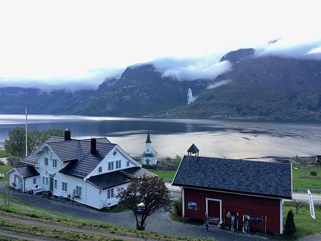 God morgen fra @nes.gard. Vårcamp Sognefjord er i gang og det er 40 deltakere som skal ut på forskjellige guidede turer i dag. Vi har troa på sol! #sgnskis #vårcampsognefjord #nesgard #instagramtakeover