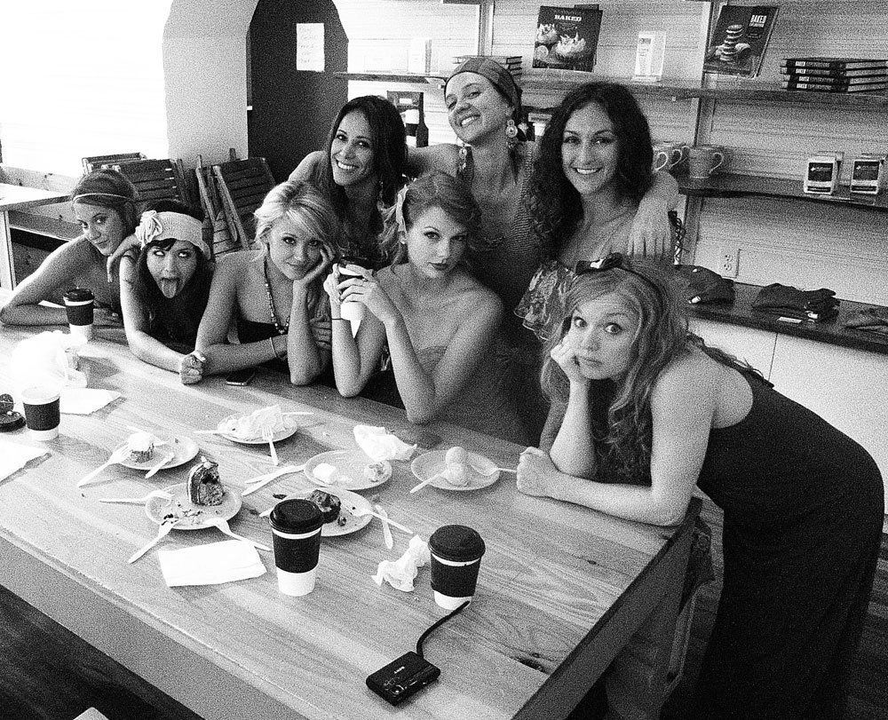 Taylor-with-her-friends-in-Charleston-taylor-swift-24767683-1000-811.jpg